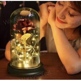 Lampada con rosa in metallo pregiato sotto la campana di vetro